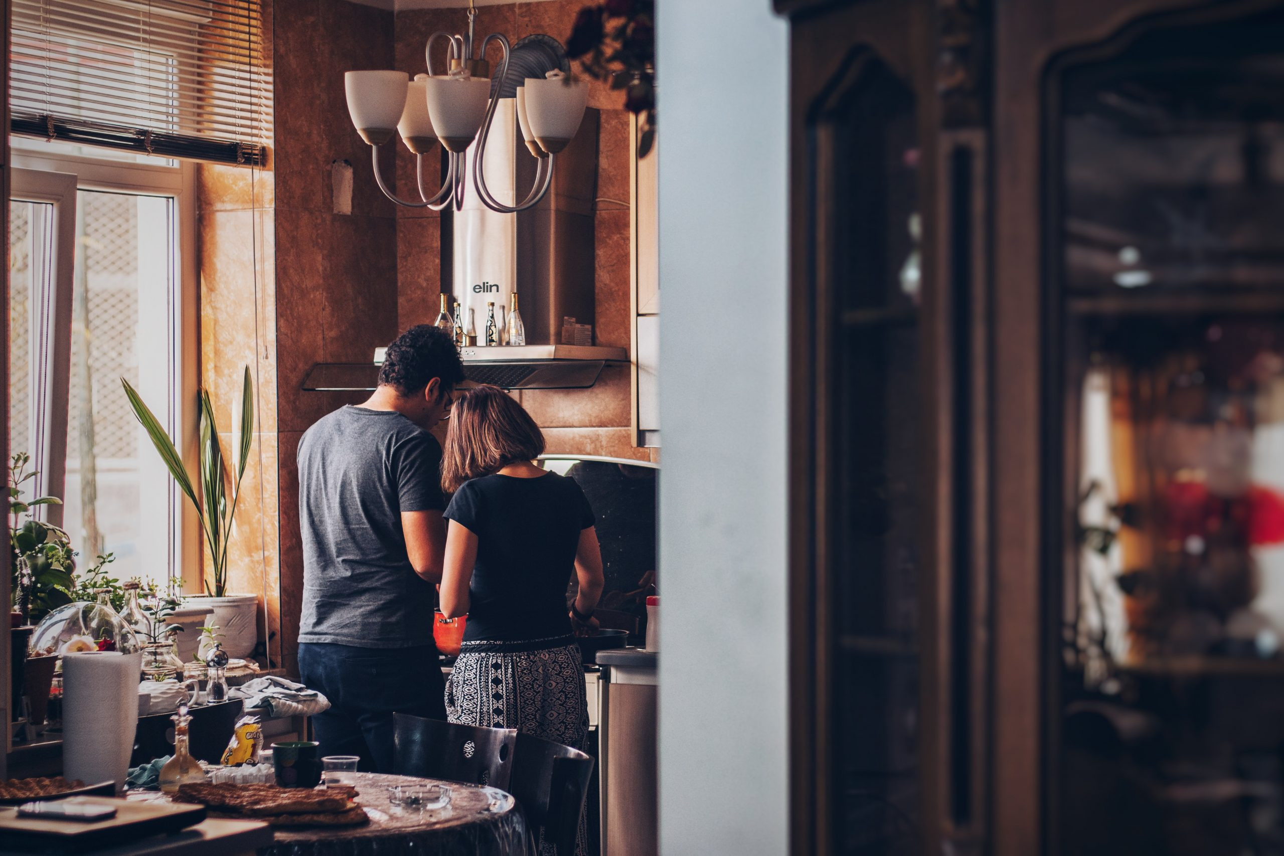 Zwei Personen allein Zuhause - Isolation
