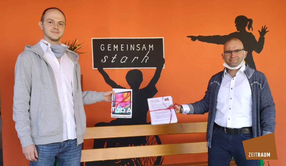 Überreichung Tablet des ZeitRaum Wertheim an das Behindertenwohnheim Mosbach